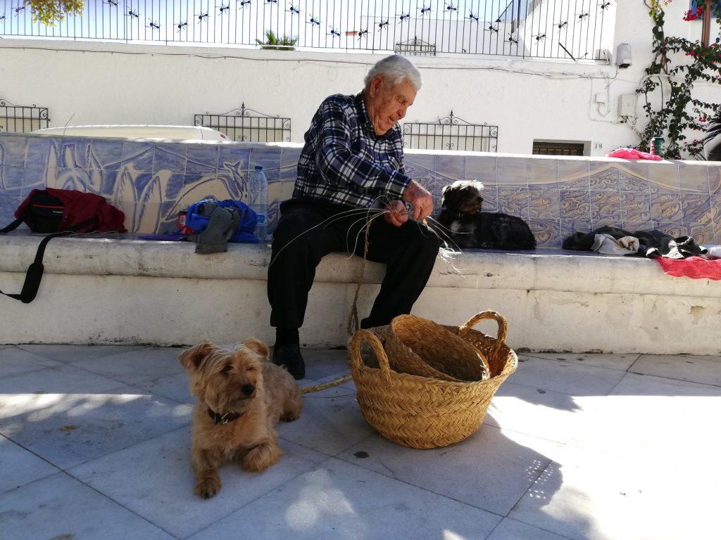 local de agua amarga elaborando cestas