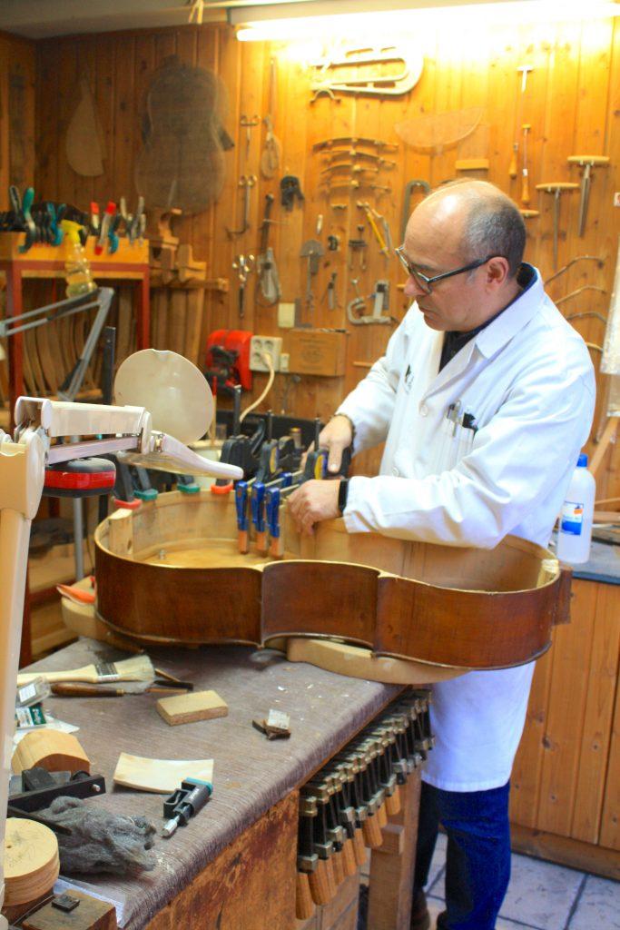 Luthier Granada Daniel Gil de Avalle artesanía guitarra clasica @viajareslou viajar eslou turismo responsable