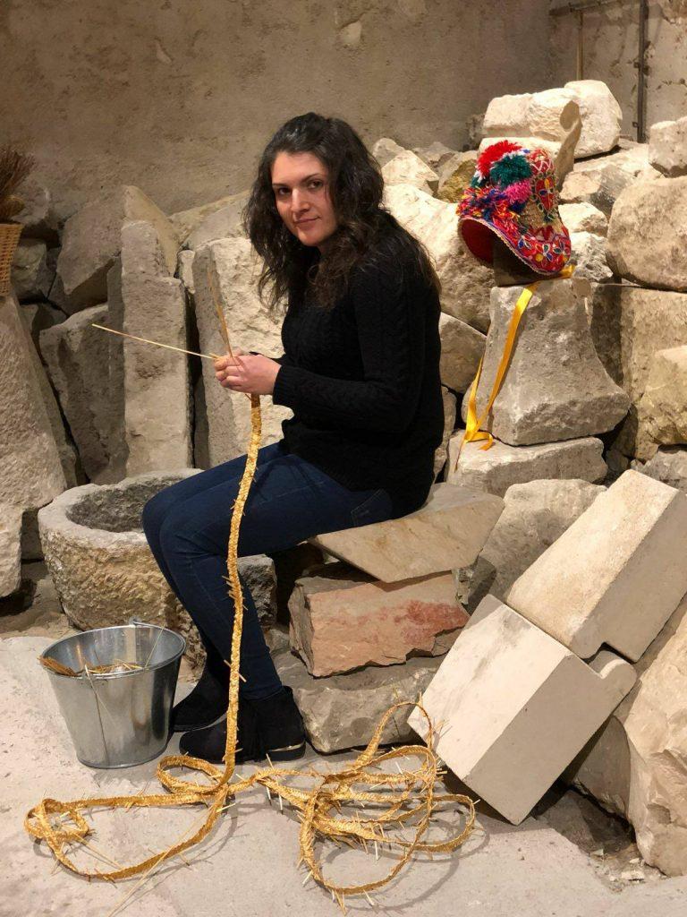 maria-jose-artesania-la-gorra-montehermoso-turismo-sostenible-@viajareslou