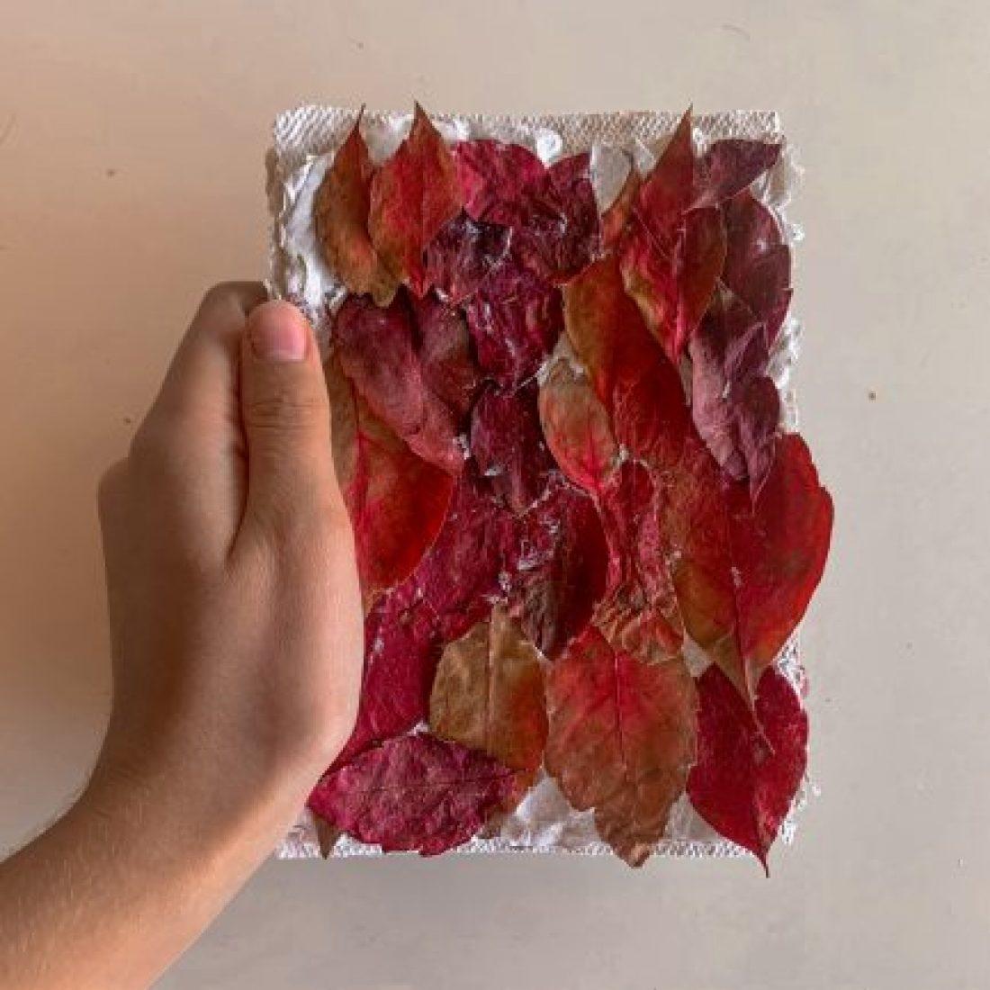cuaderno-artesanal-de-papel-reciclado-con-hojas-de-otono-por-@viajareslou-viajar-eslou-una-manualidad-sencilla-y-un-regalo-perfecto